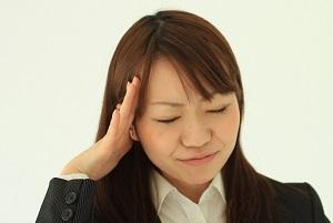 頭痛の女性の写真